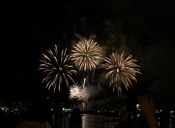 建国を祝って花火が打ち上げられました
