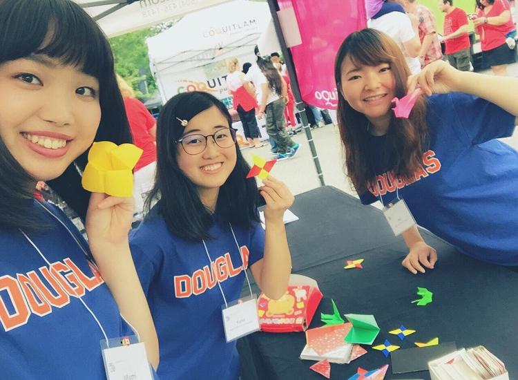 パックンチョ、鶴、手裏剣をもって笑顔を見せるボランティアメンバー