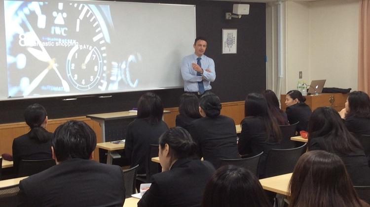 ヤング・スコール・ジャパン会員へ向けて講義を行うスイス政府観光局 日本局長のファビアン・クレール氏