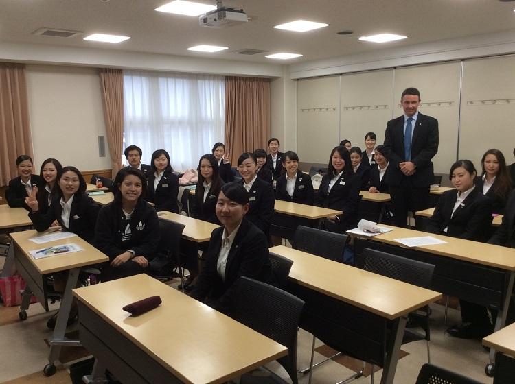 講義を終えたファビアン氏と聴講した昼間部英語専攻科1年生