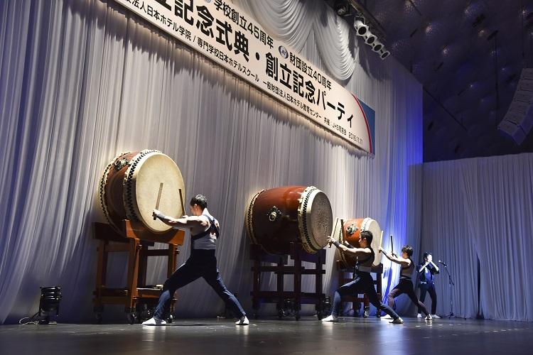 式典のオープニング 東京打撃団による日本伝統芸能の和太鼓演奏