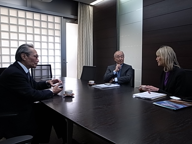 意見交換を行う石塚理事長、ドーブ氏、力石氏