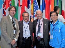 新会長デイビット・フィッシャー氏(右から2番目)と一緒に