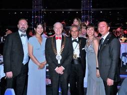 晩餐会で新会長デイビット・フィッシャー氏(右から4番目)と一緒に