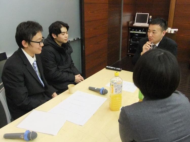 懇親会でOBに質問する留学生