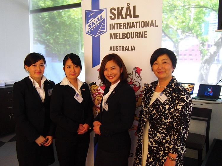 右から、引率の吉浦先生、伊藤日南子さん、谷中萌さん、鐘宥琪さん