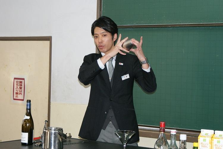 シェイカーの使い方を説明する上野先生