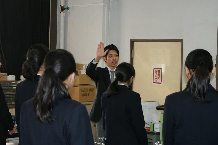 挨拶や姿勢について学ぶ生徒