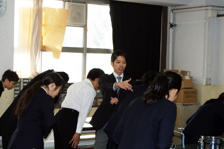 お辞儀の仕方について学ぶ生徒