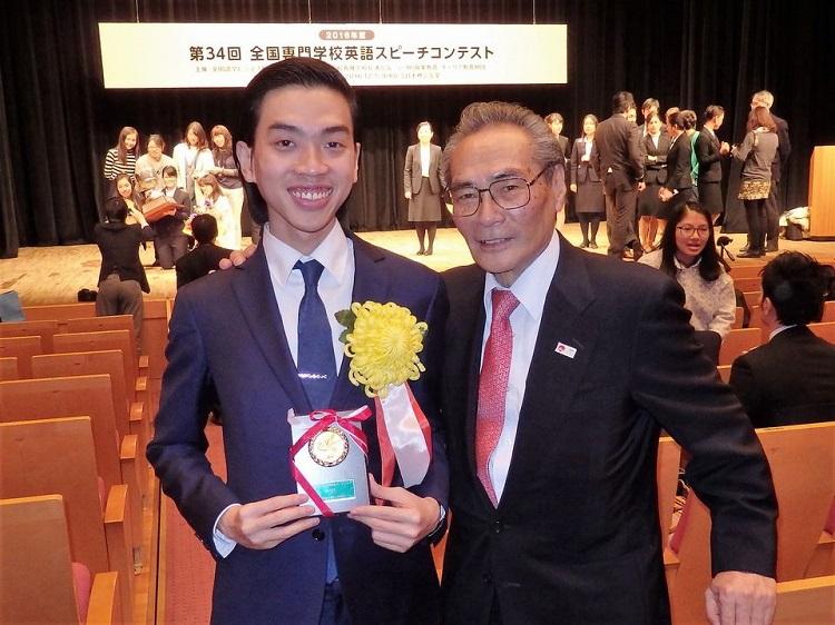 石塚校長(右)と一緒に記念写真