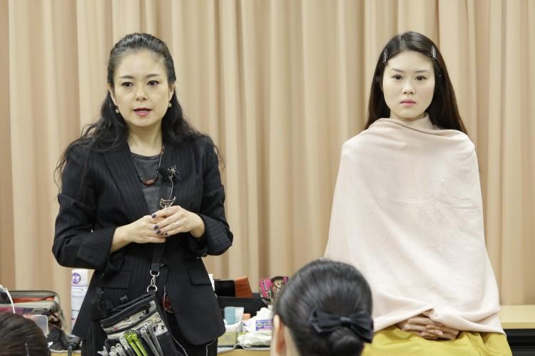 講師<br/>Make Salon SILVA 代表 藤田理恵様<br/>「ヘア・メイクは姿勢が表れる。気を引き締めて、取り組んでほしいです」とエールを頂きました。