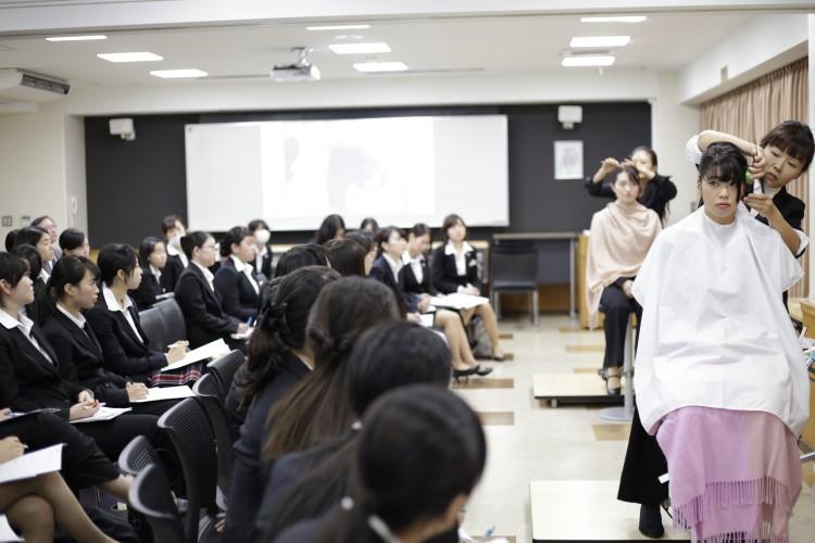 ヘア・メイク後の学生は凛とした表情になり、その変わりように学生たちは驚いているようでした。