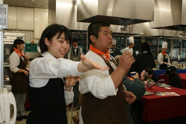 新宿調理師専門学校の学生と一緒にサービスを提供する本校の学生
