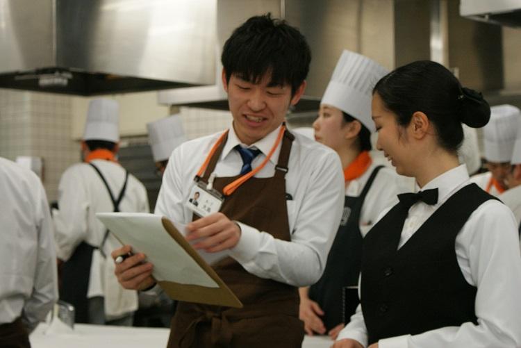 新宿調理師専門学校の学生と交流を図りながらレストランでサービスを提供する