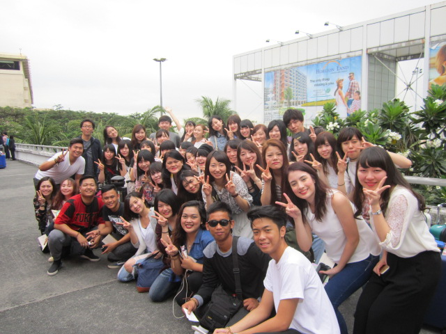 空港で学生と別れる時に記念撮影