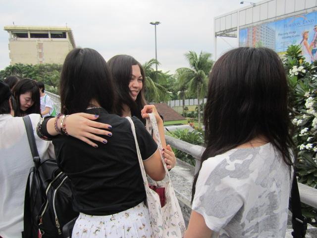 空港での別れで涙する学生