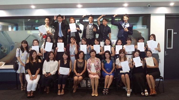 卒業式にて全員で集合写真(最後列左が大瀧さん)