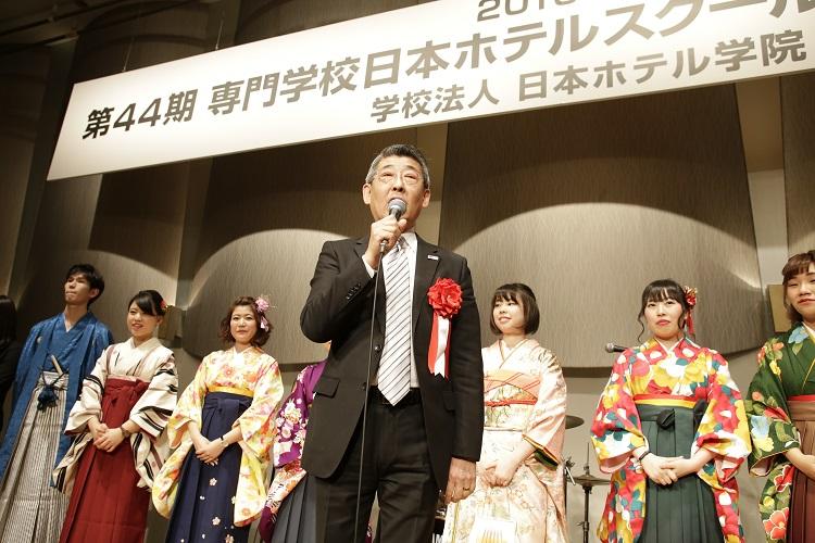 中島同窓会会長と同窓会理事一同(記念パーティにて)