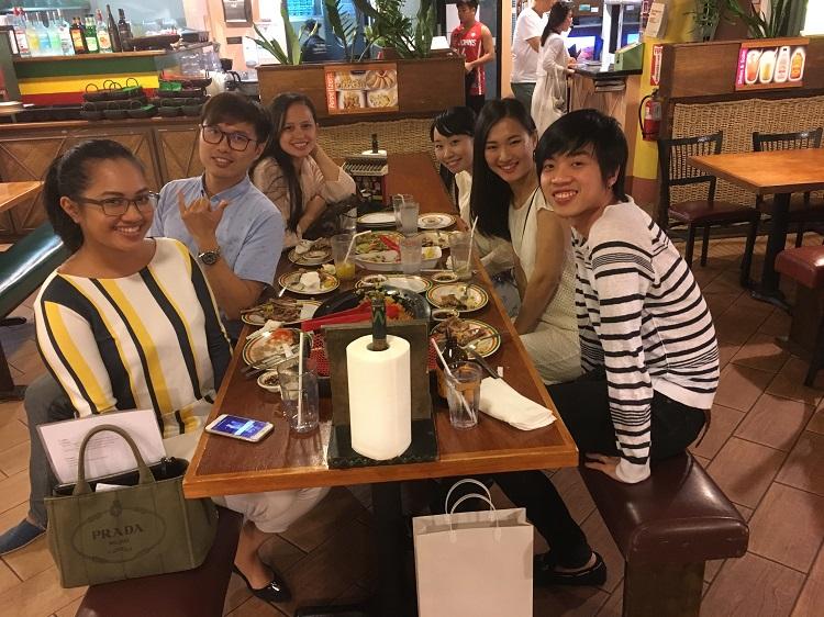 Young Skal Club Guamのメンバーとの交流(左手前よりRaquel氏、Chris氏、Tabitha氏、右手前よりレトオンさん、宮澤さん、相川さん)