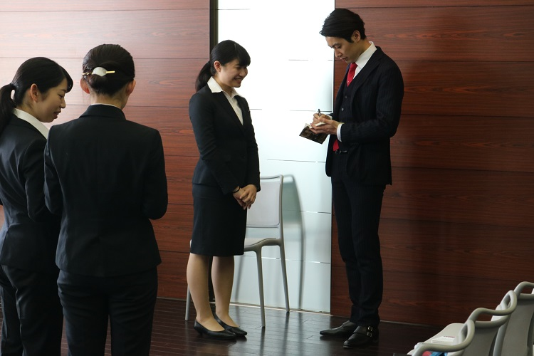 宮崎氏の本にサインを求める学生