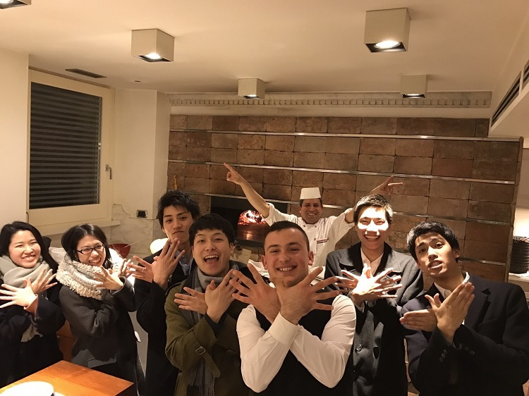レストランで快くテイクアウトのピザをつくってくれた陽気なローマの店員さんらと記念写真。