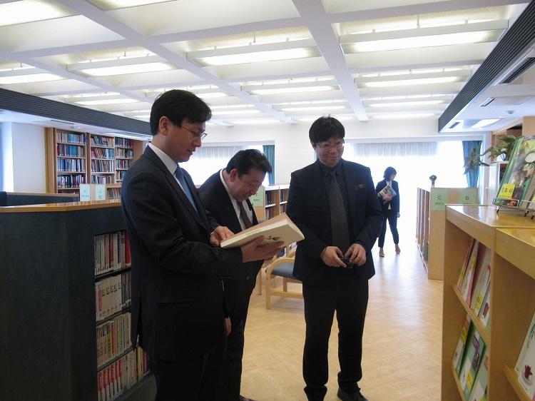 施設見学 図書館にて(一財)日本ホテル教育センターと連携し独自に開発する教科書を手に