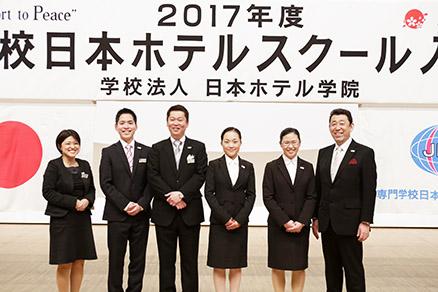 入学生代表 髙﨑美優さん(中央)、在校生代表上村貫太さん(左2)、留学生代表 ウィン ウィン モーさん(右2)と担任の先生たち