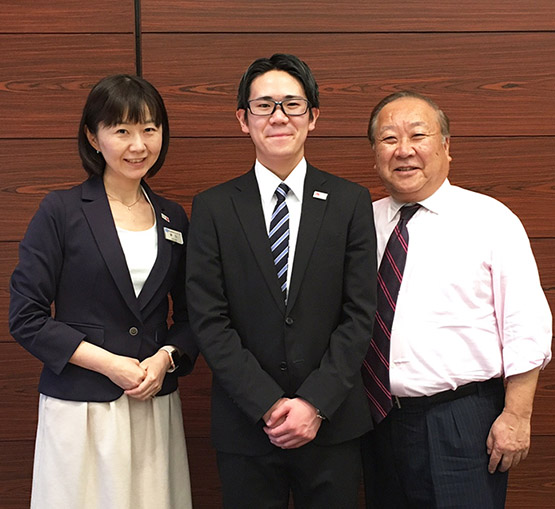 一番に内定した高橋さん(中央)と何度も面接指導をしてくれた川辺先生(右)
