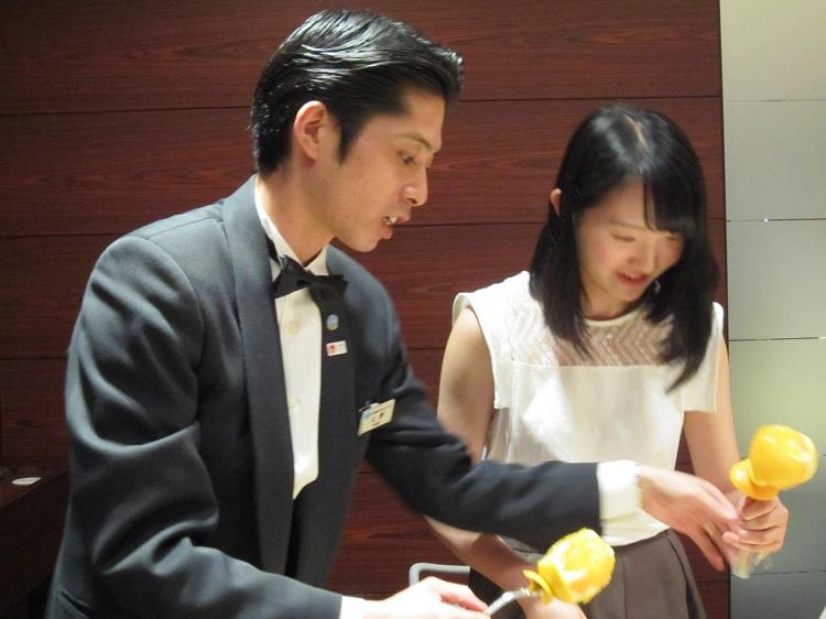 レストランサービス◆フルーツくるくるカッティング!
