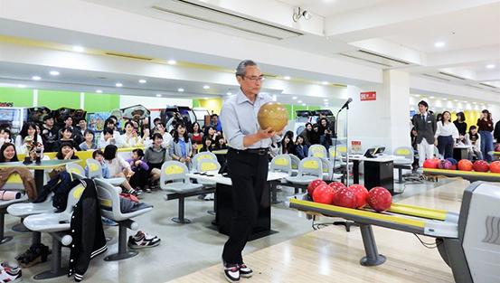 石塚校長先生による始球式。とぅ!