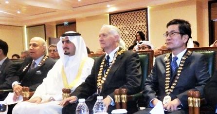 左から開会式に臨むムハメッド・ブジジ会長、セイク・カリド長官、