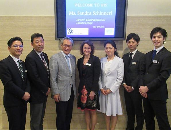 左より井上浩先生、武内副校長、石塚理事長、Sandra氏、江口先生