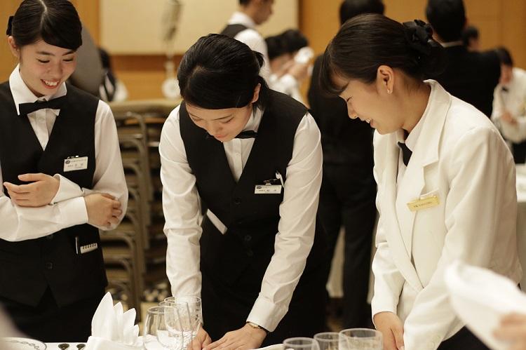ホテルスタッフの指導による料理サービス演習
