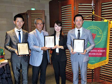 左から田丸亮平さん、石塚校長、大塚美咲さん、長谷川大地さん