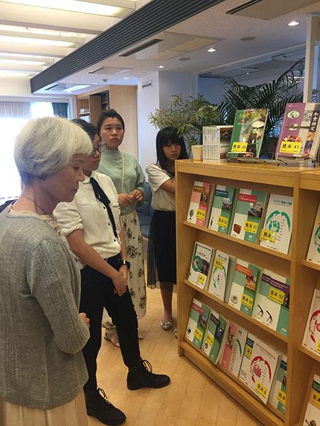 高雄市人人外語促進協會の皆さんに、本校が手がけた書籍をご紹介しました