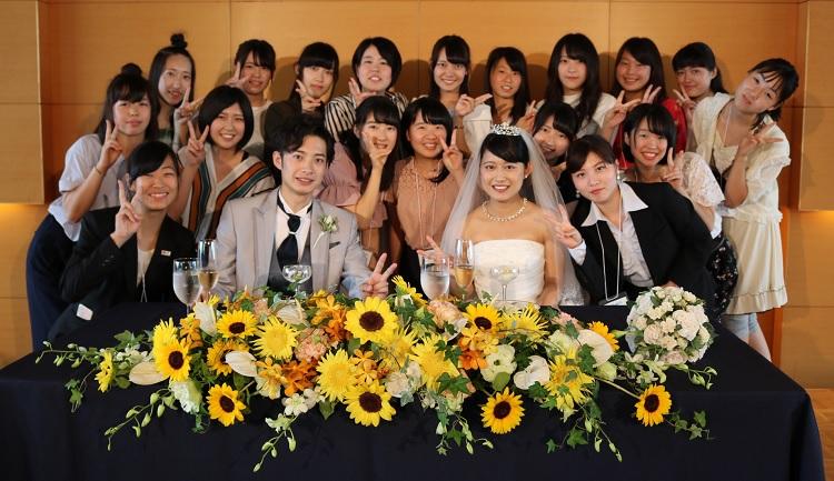 新郎新婦役の学生と記念撮影-模擬披露宴にて