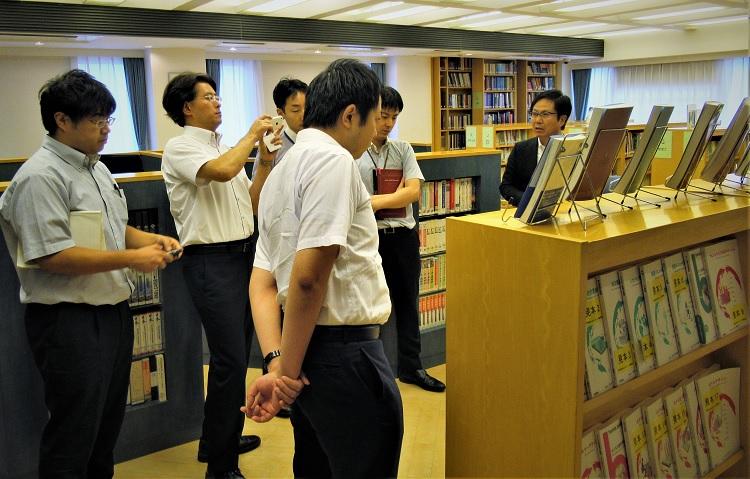 本校の施設を見学・図書室
