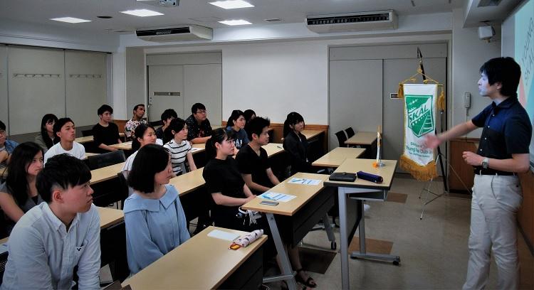 YSCJ組織について説明する中山先生と英語専攻科2年生の学生