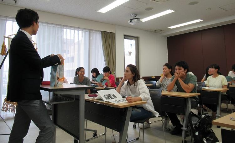 YSCJ組織について説明する黒田先生と英語専攻科1年生の学生
