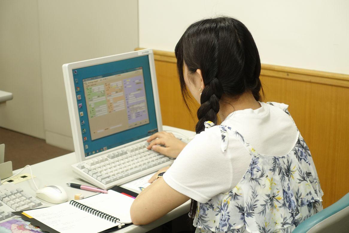 最新のブライダルシステムを利用する学生
