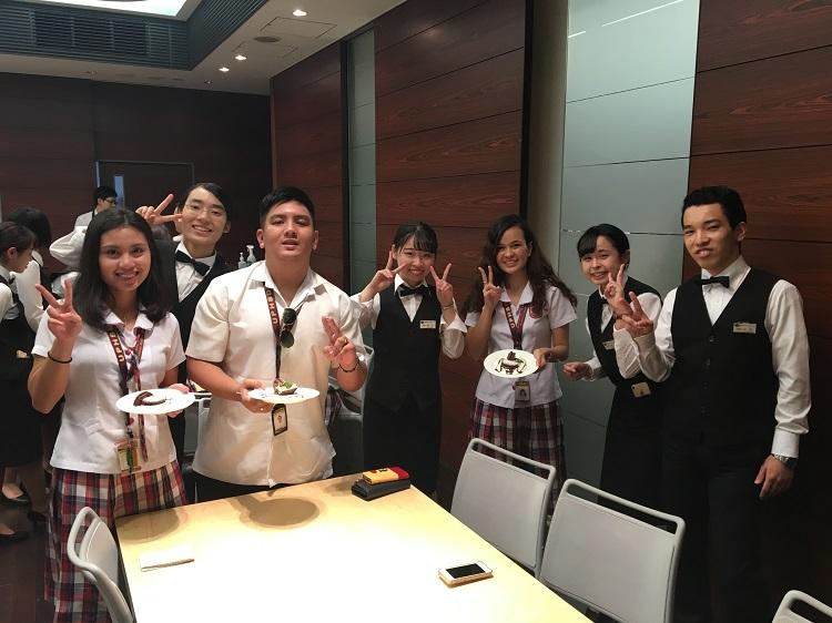 昼間部ホテル科2年の学生とデコレーション授業体験