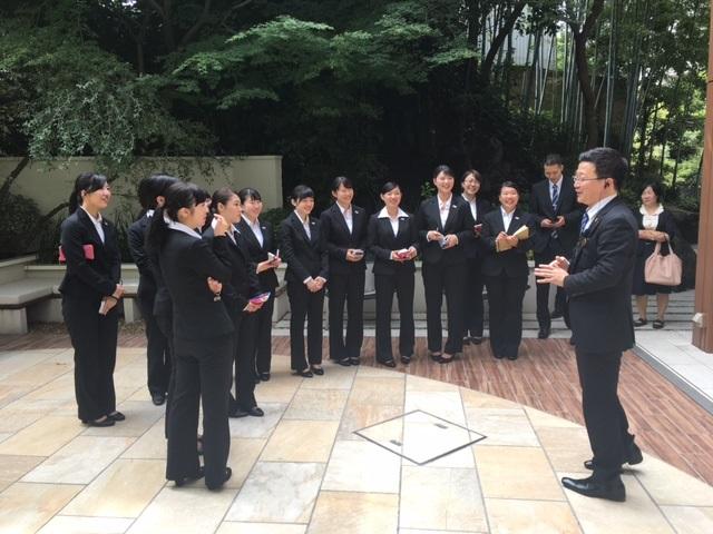 リビエラ東京「ガーデンスペース」チャペルからウエルカムドリンクまでの流れを説明いただく