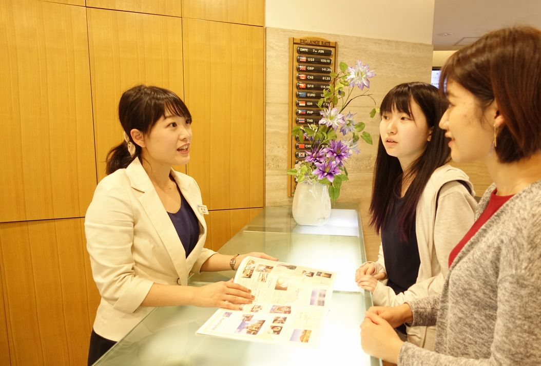 受付で対応をする田丸先生。自身の経験から、学生の気持ちは良くわかります