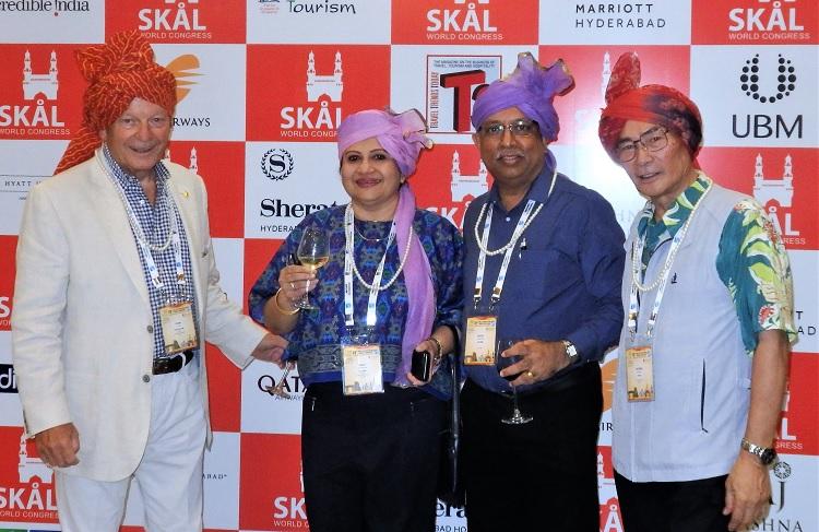 前夜祭に臨んで フランク・クレア―監事(左)、USA、スリランカ代表と一緒に。右:石塚校長