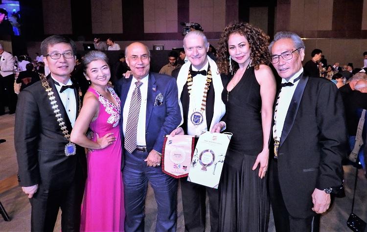 晩餐会に臨んで デイビッド・フィッシャー国際会長(右から3番目)。韓国、台湾、バーレン、ケニア、インドネシア代表と一緒に。
