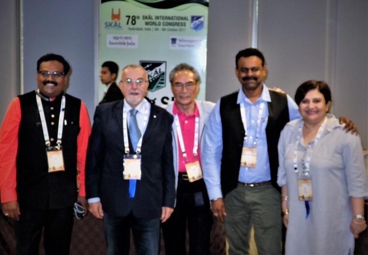 ヤング・スコール・フォーラムに参加して。(中央:石塚校長)インド、イタリア、スリランカのヤングスコール指導者と一緒に。
