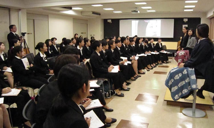 女子学生を対象とした「ヘアメイク講座」/真剣に講師の話を聞く学生
