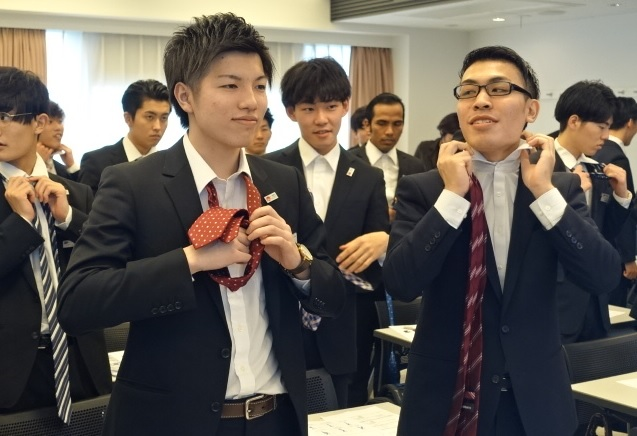 男子学生を対象とした「身だしなみ講座」/ネクタイの締め方