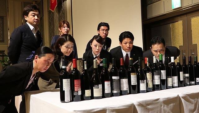 ブラインドテイスティング後に、該当のワインを選択する試験です。