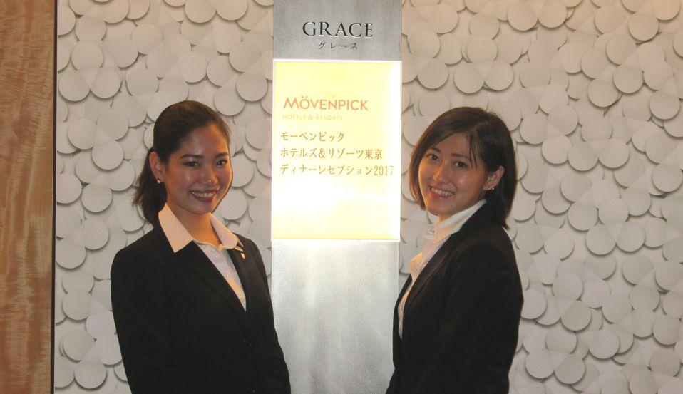 ディナーレセプション受付の英語専攻科の学生、鍾さんと斎藤さん